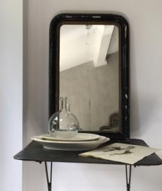 OV20110630 Antieke Franse Louis Philippe stijl spiegel met origineel prachtig verweerde spiegelglas. Profilering lijst van hout met pâtelaag in sleets zwart. Periode: 19de eeuw. Afmeting: 74,5 cm. hoog / 47,5 cm. breed. Alleen ophalen.