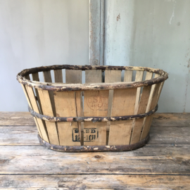 OV20110531 Old French grape harvest basket in beautiful condition! Size: 29 cm. high / 60 cm. long / 45.5 cm. intersection.