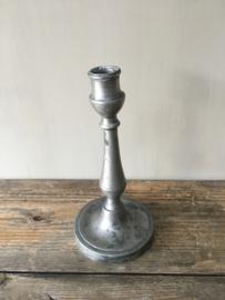 OV20110443 Oude Franse sobere kandelaar van verweerd tin. Hij wijkt iets af, daardoor weer uniek, verder in perfecte staat! / Afmeting: 22,5 cm. hoog. / doorsnede voet 11 cm.