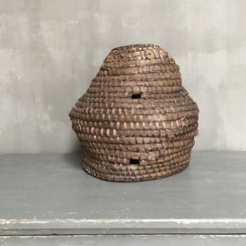 OV20110694 Oude bijenkorf van gevlochten riet in prachtige staat! Afmeting: 40 cm. hoog / 36  cm. doorsnede