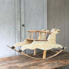 OV120110638 Oud Frans houten hobbelpaard uit de jaren '60 in mooi verweerde aardse kleuren en in prachtige staat! / Afmeting: 50 cm. hoog / 1 mtr. lang. Alleen ophalen.