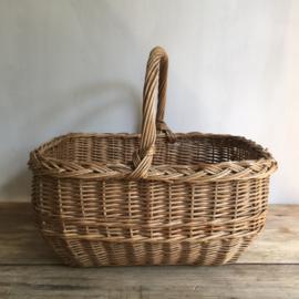 OV20110607 Oud Frans rieten mandje, hand gevlochten en in mooie staat! Afmeting: 39 cm. lang / 19,5 cm. hoog / 30 cm. breed.