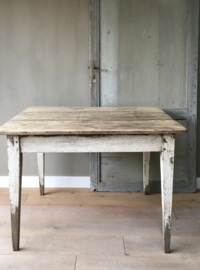 OV20110590 Oude Franse boerentafel met lade en origineel planken blad en patine in prachtige staat! Afmeting: 1.03 mtr. breed / 70 cm. hoog / 79,5 cm. diep. Kan worden  opgehaald of bezorgen tegen vergoeding.