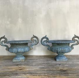 """BU20110088 Set van 2 antieke Franse gietijzeren tuinvazen in prachtig blauw patina en staat!  Periode: begin 19de eeuw.  Afmeting: 20,5 cm. hoog (tot de rand) / doorsnede (t/m """"de oren"""" ) 39,5 cm. Alleen ophalen."""