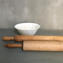 OV20110696 Set van 2 antieke Franse houten deegrollen in prachtige staat! Afmetingen: 60 cm. lang / 5 cm. doorsnede (achterste)  en 50 cm. lang / 6 cm. doorsnede (voorste)