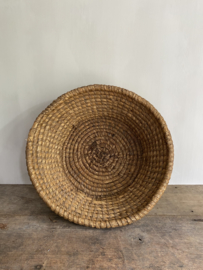 OV20110757 Old French olive harvest basket of woven straw in beautiful weathered condition! Size : 38.5 cm. cross section  / 14 cm. high
