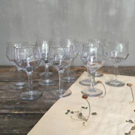 OV20110677 set van 11 oude likeur glaasjes met prachtig facet geslepen motief. Periode: jaren '20 in prachtige staat! Afmeting: 13 cm. hoog / +/- 6 cm. doorsnede.