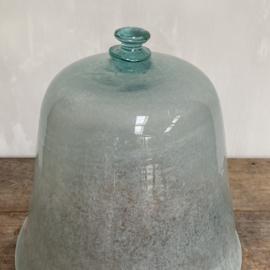 OV20110643 19de eeuwse Zuid-Franse meloen cloche van mondgeblazen glas in unieke ijsblauw-groen kleur, prachtig verweerd en nog intact met knop! In perfecte staat! Afmeting: +/- 42 cm. hoog / 40 cm. doorsnede. Alleen ophalen!