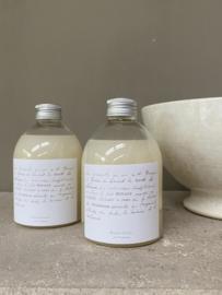 Maison Carrée en Provence bio amandel zeep 250 ml. Een zachte natuurlijke vloeibare zeep met een delicate geur van amandelbloesem. Wordt geleverd met een handpompje.