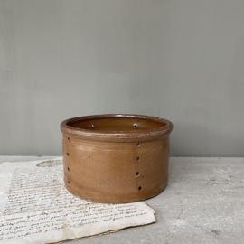 AW20110585 Oude Franse geitenkaas mal in roestbruine kleur en in prachtige staat! Afmeting: 8,5 cm. hoog / 15 cm. doorsnede.