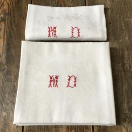 LI20110026 Set van 8 oude servetten van prachtig geweven damast met monogram M.D. in zeer mooie kwaliteit! Afmeting: 73 x 64,5 cm.