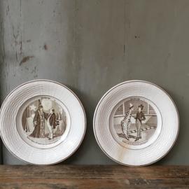 """AW20110575 Set van 11 antieke Franse raadselbordjes """"Devinettes"""" stempel - Digoin et Sarreguemines - periode: laatste kwartaal 19de eeuw. In prachtige staat, 2 bordjes no. 3 en 10 hebben beschadigingen (zie foto bij afbeelding). Afmeting: 18 cm. doorsnede"""