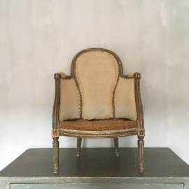 OV20110714 Antiek Franse bergère damesstoeltje periode Louis XVI in originele verweerde staat en vulling.  Je zou haar opnieuw kunnen stofferen, ik vind haar mooi zoals ze is.... Afmeting: 86 cm. hoog / 55 cm. breed / 32,5 zithoogte. Alleen ophalen.