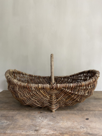 OV20110755 Old French wicker picking basket in beautiful light gray condition! Dimensions: 56 cm long / +/- 18 cm. high (to handle)