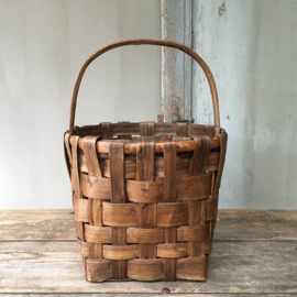 OV20110525 Old French harvest basket in beautiful condition! Dimensions: 25 cm. high to handle (42 cm. high to handle) / 28.5 cm. section.