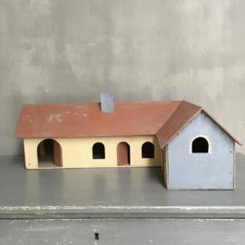 OV20110658 Oude Franse speelgoed boerderij van hout in mooi verweerde kleuren.... in prachtige staat! Afmeting: 81 cm. lang / (hoek) 49 cm. lang / 26,5 cm. hoog. Alleen ophalen!