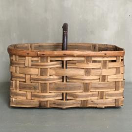 OV20110699 Oude Franse plukmand voor kastanjes in mooie verweerde staat! Afmeting: 41,5 cm. lang / 22 cm. hoog (tot hengsel) / 23 cm. doorsnede