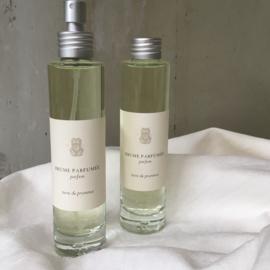 Roomspray Terre de Provence 100 ml. Een aroma van aardachtige zoete bossen. Geurtonen:  geranium, nootmuskaat en amber.