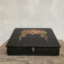 OV20110785 Unieke oude Franse hand beschilderde schrijfkist in prachtige staat! Afmeting:  54,5 cm.  lang  / 49 cm. breed /  11 cm. hoog (voorzijde) / 21,5 cm. hoog (achterzijde) Alleen ophalen.
