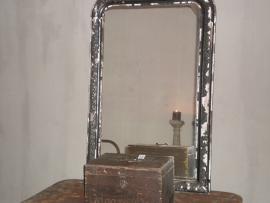 OV20110114 Grote 19de eeuwse Franse spiegel. Profilering van de lijst is van hout met een pate laag in mooi verweerde staat. Afmeting: +/- 1 mtr. hoog 68 cm. breed. Alleen ophalen.
