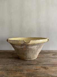 AW20110125 Grote antieke Zuid-Franse Gresalle period: 19de eeuws . In zachtgele tint in verweerde, maar prachtige staat!  Afmeting:  25 cm. hoog / 55 cm doorsnede. Alleen ophalen.