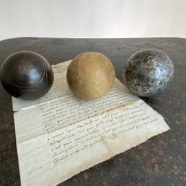 OV20110743 Set van 2 oude Franse jeu de boule ballen en 1 houten massieve bal in prachtig verweerde staat. Afmeting: +/- 7 cm. doorsnede