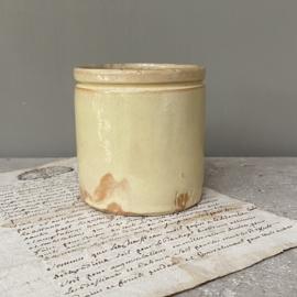 AW20110885 Antieke handgemaakte Franse Novia confiture potje geel geglazuurd in perfecte staat! Afmeting:  10 cm. hoog /  9 cm. doorsnede.