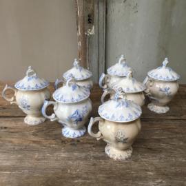 """AW20110557 Set van 7 antieke Franse crème potjes stempel U et C  Sarreguemines """"Flore"""" periode: 1900-1910 in prachtige staat! één van de potjes mist een chip ( zie foto) / Afmeting: 11,5 cm. hoog / 5,5 cm. doorsnede."""