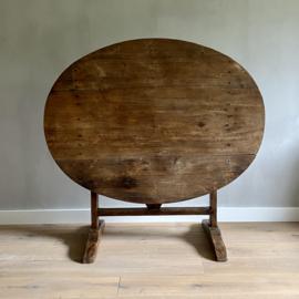 OV20110766 Antieke Franse vendange tafel van vermoedelijk kastanjehout...in prachtige staat! Afmeting: 117,5 cm. lang / 68,5 cm. hoog / 88,5 cm. doorsnede. Alleen ophalen of bezorgen in NL tegen vergoeding.