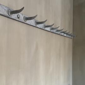 OV20110726 Oud Frans slagersrek (dents de loup = wolfstanden) van gegalvaniseerd ijzer met maar liefst 12 haken in prachtige staat! Afmeting: 1,50 mtr. lang / 4 cm. hoog. Alleen ophalen of  bezorgen via een koerier binnen Nederland, prijs op aanvraag.