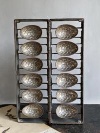 AW20110730 Grote oude chocolade paaseieren mal in prachtig complete staat! Afmeting: 42,5 cm. hoog / 27,5 cm. breed (uitgeklapt) / 4 cm. dik