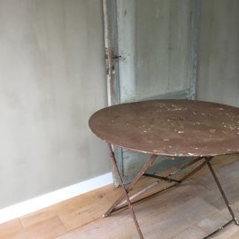 BU20110084 Old French folding terrace table in beautifully weathered earthy color. Has a parasol hole and the ring holder in nice condition! Size: 71 cm. high / +/- 98 cm. section. Pickup only!