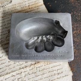 OV20110722 Oude marsepein mal zeug met biggetjes van de bekende chocolatier Carel van Laere  Leiden nr. 1205 in prachtige staat! Afmeting: 11 cm. lang / 8,5 cm. breed /  3 cm. hoog