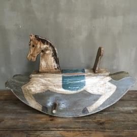 OV20110692 Oud Zweeds houten hobbelpaard in prachtige sleetse kleuren en nog in te gebruiken staat! Afmeting:  90 cm. lang / 54 cm. hoog / 50 cm. breed Alleen ophalen!