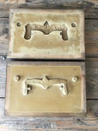 OV20110372 Zo bijzonder.....een oude Franse mal voor het vervaardigen van een wasmodel voor een deurgreep. Afmeting: 34 cm. lang / 23 cm. breed / 10,5 cm. hoog.