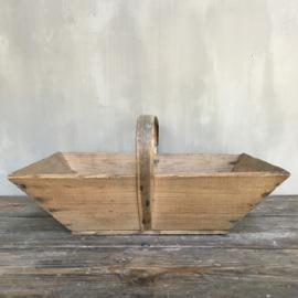 OV20110669  Oude Franse houten plukmand in mooie staat! Afmeting: 13 cm. hoog (tot hengsel) / 49,5 cm. lang / 31 cm. breed.