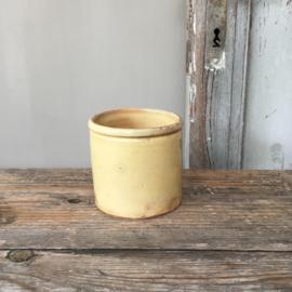AW20110507(C) oud Frans confiturepotje in zacht geel en in prachtige staat! Afmeting: 9,5 cm. hoog /  9 cm. doorsnede.