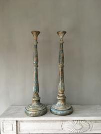 OV20110711 Set van 2 oude Zweedse houten kandelaars in prachtige staat! Afmeting: 78 cm. hoog / voet: 21 cm. doorsnede / top: 9 cm. doorsnede