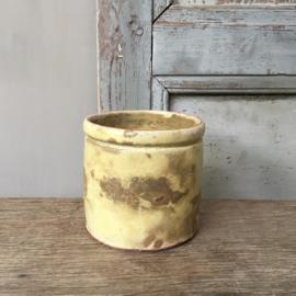 AW20110534(C) Oud Frans confiturepotje in zachtgeel. Verweerd, maar nog steeds bijzonder...Afmeting: 9 cm. hoog / 9 cm. doorsnede.