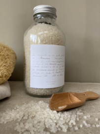 Maison Carrée en Provence badzout Romarin. Badzout afkomstig uit de Dode Zee geparfumeerd met etherische rozemarijnolie uit de Provence. Gepresenteerd in een glazen fles inhoud: 450 gram.