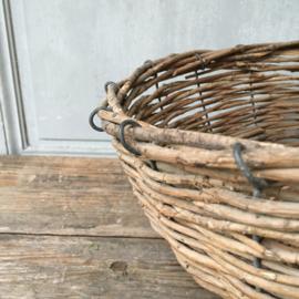 OV20110640 Rustieke oude Franse mand van wilgenteen op frame van ijzer. Afkomstig van het eiland Île de Ré in prachtige staat! Afmeting: 17 cm. hoog (tot hengsel) / 48 cm.