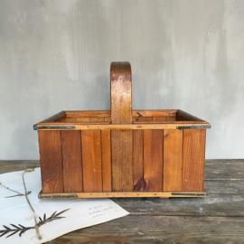 OV20110602 Unieke oude handgemaakte Deense houten mand in prachtige staat! Afmeting: 17,5 cm. hoog / 36 cm. lang / 26 cm. breed.