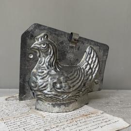 OV20110724 Antieke chocolade mal kip in prachtig verweerde staat! Afmeting: +/- 14 cm. hoog /  17 cm. lang