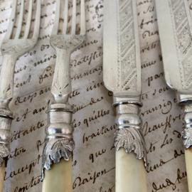 OV20110754  Oud verzilverd Engels dessert bestek (set van 5) met subtiel bloemmotief en bakelieten lemmet in mooie staat! Afmeting:  20 cm. lang