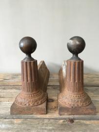 OV20110439 Oude Franse haardhout houders van gietijzer, de ornamenten zijn van koper in prachtige staat! Afmeting: 35 cm. lang / 18 cm. hoog