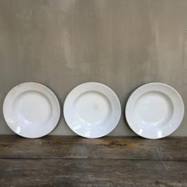AW20110733 Set van 3 antieke bordjes stempel - Porcelaine Opaque de Gien - periode: 1886-1938. Prachtig beboterd en gecraqueleerd en in prachtige staat! Afmeting: 3,5 cm. hoog / 21,5 cm. doorsnede