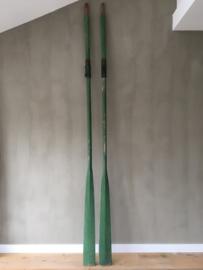 OV20110220 Set stoere en vooral bijzonder grote..... oude houten Franse roeispanen in mooi groen patine. Afmeting: maar liefst 2 mtr. 90 lang. Alleen ophalen.