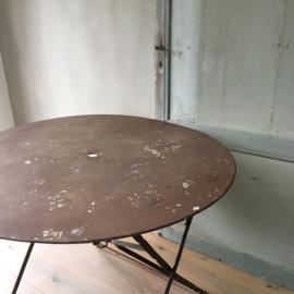 BU20110084 Oude Franse opklapbare terrastafel in mooi verweerde aardse kleur. Heeft een parasol gat en nog de ringhouder in mooie staat! Afmeting: 71 cm. hoog / +/- 98 cm. doorsnede. Alleen ophalen of bezorgen.
