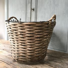 OV20110603 Oude Zweedse aardappelmand in verweerde staat, maar nog steeds decoratief!  Afmeting: 35 cm. hoog / 53 cm. doorsnede. Alleen ophalen.