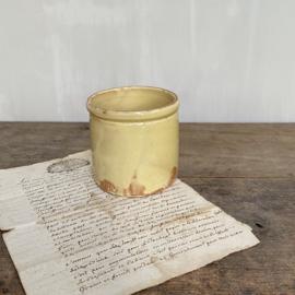 AW20110942 Antieke Franse confiturepot Novia handgemaakt geel geglazuurd. Heeft twee kleine haarlijnen op de rand (zie foto 4 & 5), verder in prachtige staat! Afmeting:  9 cm. lang hoog /  9 cm. doorsnede